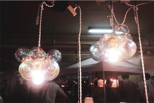 暗い建物の中で光る泡のようなライト