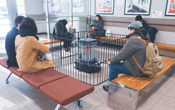 待合室で温まる人たち