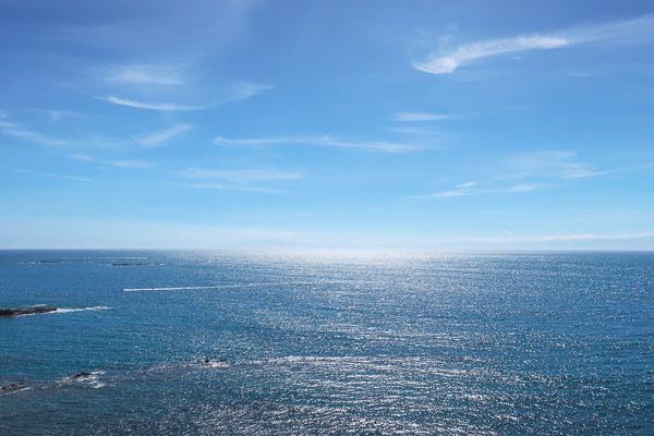 水族館から水平線を眺める