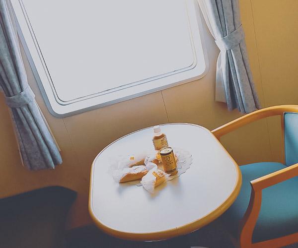 さるびあ丸特1等室テーブル