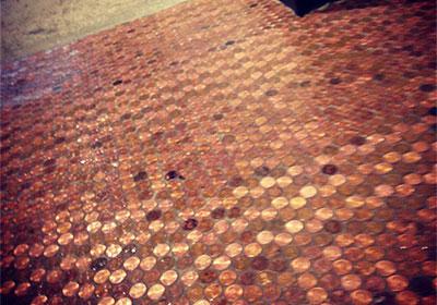 こちらは自販機前の1セントを敷き詰めた床。