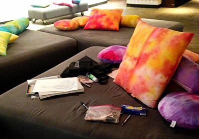 ホステルの共有スペース ふわふわなソファで絵を描いた