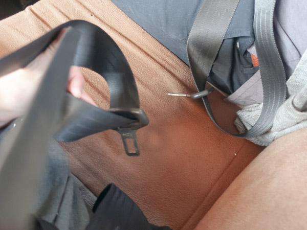 ムンバイのタクシーシートベルトの受止め口がない