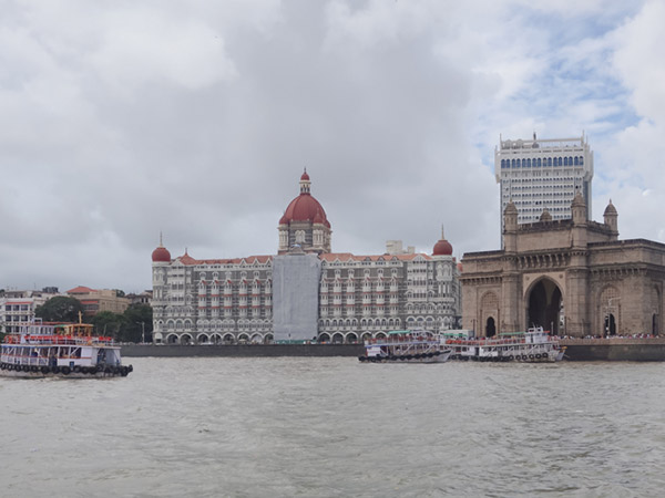タージマハルホテルとインド門