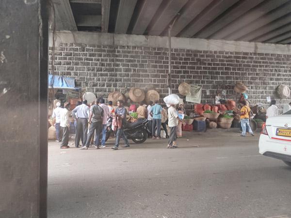 ムンバイ高架下で商売