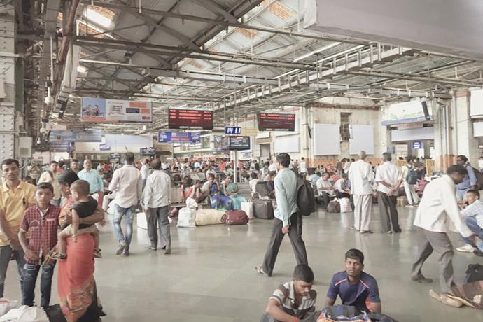 ムンバイ駅で電車を待つ人達