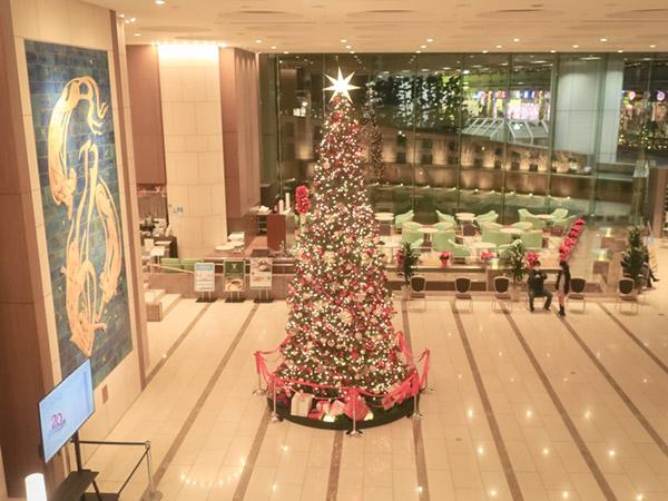 2階から見たロビーとクリスマスツリー