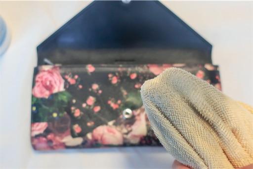 女性の財布の汚れ